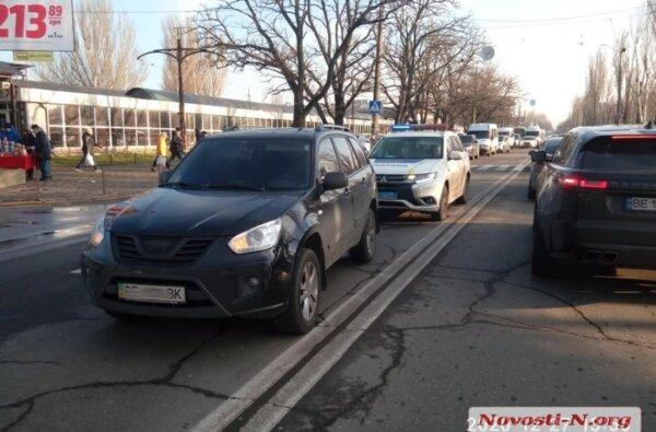В Николаеве два пешехода с бутылкой водки попали под колеса «Черри» | Корабелов.ИНФО