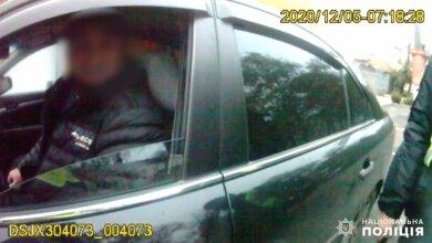 Photo of Трогать полицейского нельзя: в Николаеве задержан таксист, наехавший на ногу патрульному (видео)