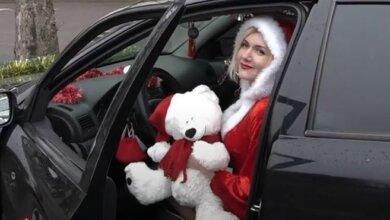 По Николаеву разъезжает новогоднее такси с «подругой Санты» за рулем (видео) | Корабелов.ИНФО