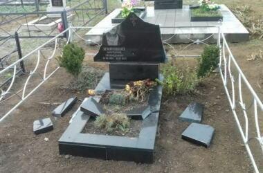 Вандалы разрушили около 50 памятников на сельском кладбище в Витовском районе (видео) | Корабелов.ИНФО image 1
