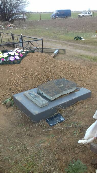 Вандалы разрушили около 50 памятников на сельском кладбище в Витовском районе (видео) | Корабелов.ИНФО image 7