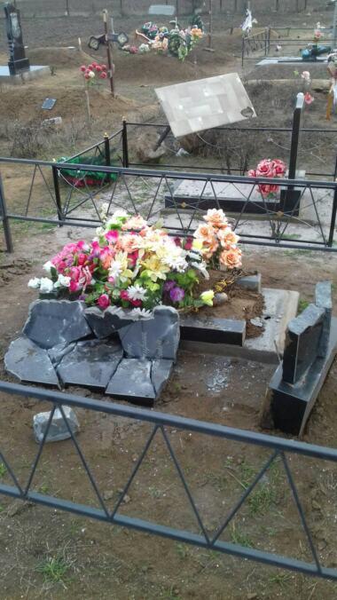 Вандалы разрушили около 50 памятников на сельском кладбище в Витовском районе (видео) | Корабелов.ИНФО image 6