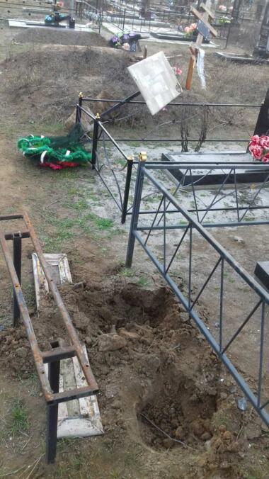 Вандалы разрушили около 50 памятников на сельском кладбище в Витовском районе (видео) | Корабелов.ИНФО image 4