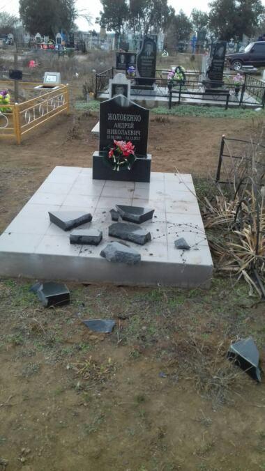 Вандалы разрушили около 50 памятников на сельском кладбище в Витовском районе (видео) | Корабелов.ИНФО image 2