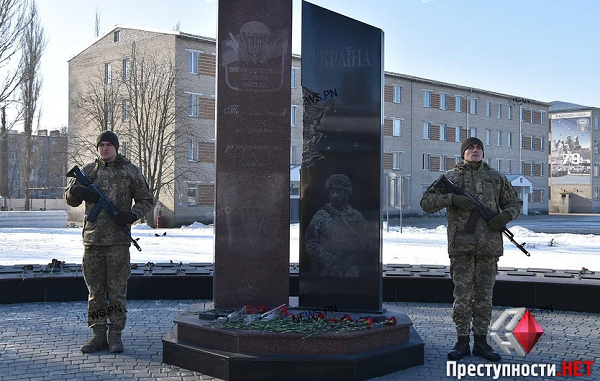 «Они стояли за всех нас», - николаевцы почтили память защитников Донецкого аэропорта (Видео) | Корабелов.ИНФО image 6