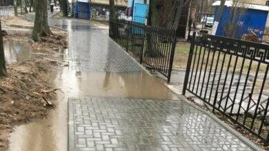 лужа на новом тротуаре по ул. Океановской в Николаеве