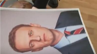 Школьники в РФ снимают со стен портреты Путина и вешают вместо них портреты Навального (Видео) | Корабелов.ИНФО