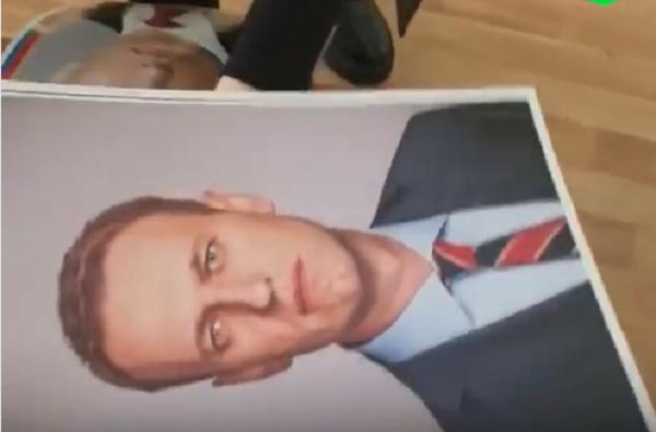 Школьники в РФ снимают со стен портреты Путина и вешают вместо них портреты Навального (Видео)   Корабелов.ИНФО