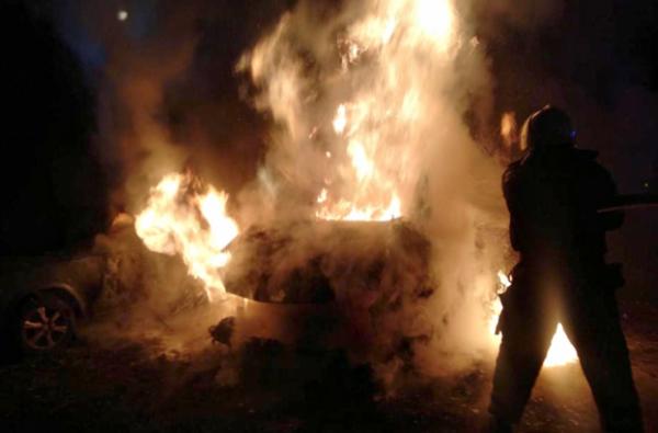 Появилось видео, как на улице в Корабельном ночью сгорел микроавтобус | Корабелов.ИНФО