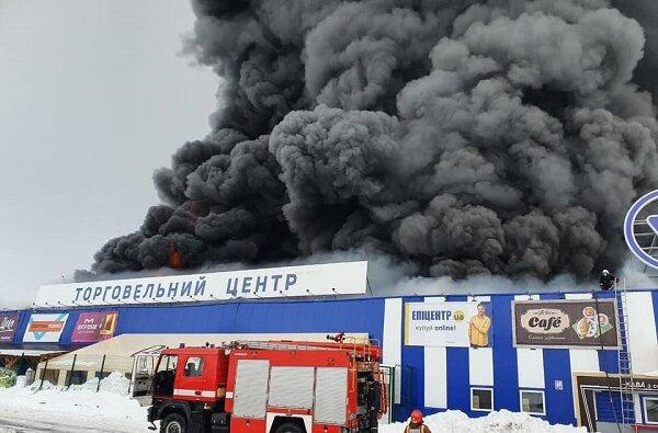 Мужчина ранил топором двоих охранников и устроил пожар в «Эпицентре» на Николаевщине (Видео) | Корабелов.ИНФО image 1