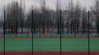 новый стадион в школе №48 без футбольных ворот
