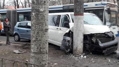 ДТП с пострадавшим: в Корабельном микроавтобус после столкновения с легковушкой врезался в столб | Корабелов.ИНФО