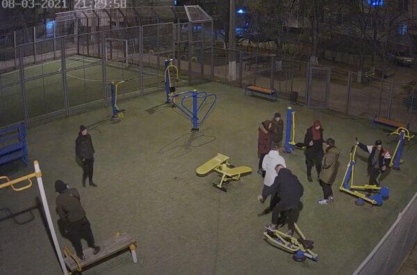 молодежь вечером на спортплощадке по ул. Океановской
