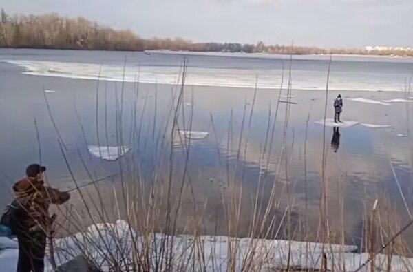 Рыбак при помощи спиннинга вытащил ребенка из реки, который оказался на льдине (видео)   Корабелов.ИНФО