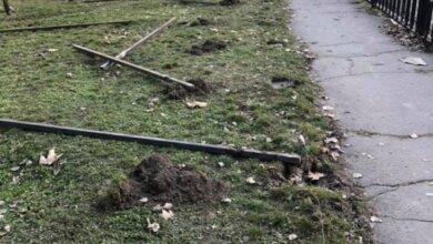 В Николаеве активисты выломали столбы в сквере, где собрались строить супермаркет. ВИДЕО | Корабелов.ИНФО