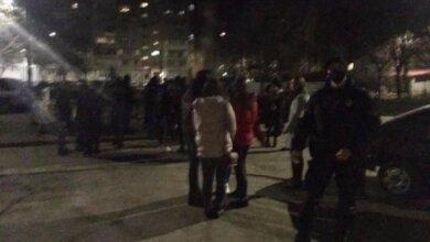 Массовая драка в Николаеве: женщины ударили журналистку и разбили ей телефон. ВИДЕО | Корабелов.ИНФО