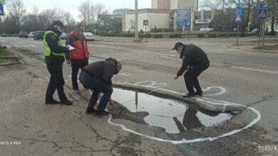 Активисты в Корабельном районе разрисовали ямы на дорогах белой краской | Корабелов.ИНФО