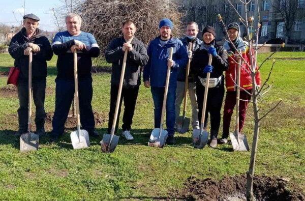 Попрацювали з лопатами: чиновники в Корабельному районі посадили дерева | Корабелов.ИНФО image 1