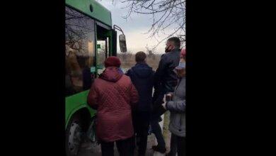 Вкруговую: зеленый автобус приходит на начальную остановку в Корабельном уже забитый пассажирами (видео) | Корабелов.ИНФО