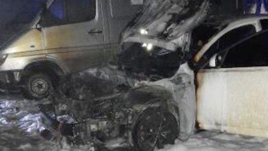 Ночью во дворе в Николаеве горели автомобиль и микроавтобус: подозревают поджог | Корабелов.ИНФО