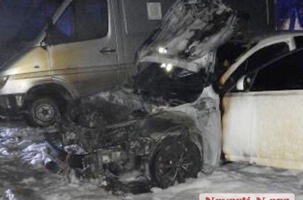 Ночью во дворе в Николаеве горели автомобиль и микроавтобус: подозревают поджог   Корабелов.ИНФО