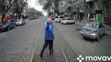В Николаеве обиженный пассажир устроил забег перед не подождавшим его трамваем. ВИДЕО | Корабелов.ИНФО