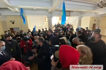«Сеня! Беги!»: В Николаеве митингующие ворвались в горсовет и нашли мэра Сенкевича. ВИДЕО | Корабелов.ИНФО image 3
