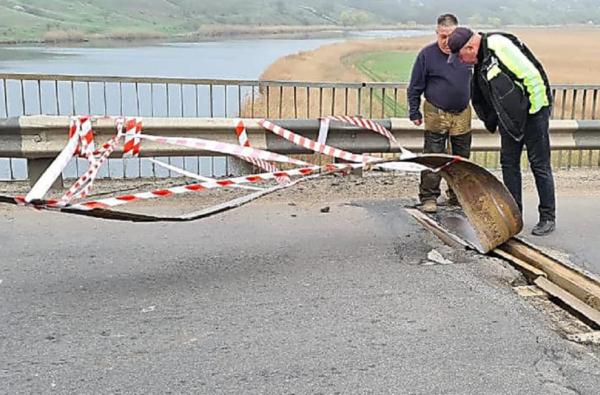 В Витовском районе вандалы пытались украсть металлическую пластину на мосту   Корабелов.ИНФО