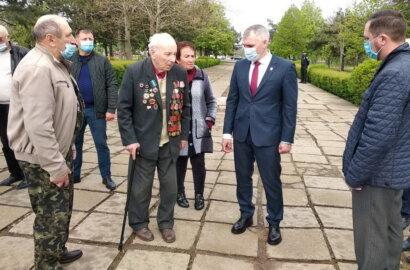 Приехал попиариться: Цуканов собрал пенсионеров у памятника в Корабельном районе, куда прибыл Сенкевич | Корабелов.ИНФО image 2