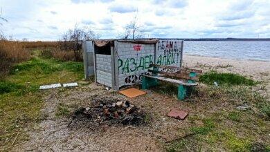 Мусор, бездомные и разочарование: волейбольная площадка в Корабельном оказалась бесхозной | Корабелов.ИНФО image 2