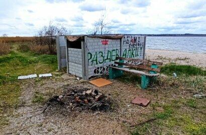 Мусор, бездомные и разочарование: волейбольная площадка в Корабельном оказалась бесхозной   Корабелов.ИНФО image 2
