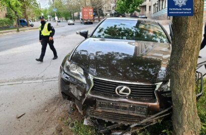 Пьяный, без документов и по «встречке»: в Николаеве Lexus снес забор и врезался в дерево (Видео) | Корабелов.ИНФО image 1