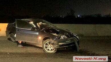 На въезде в Николаев BMW врезался в бетонный парапет, установленный на прошлой неделе | Корабелов.ИНФО image 1