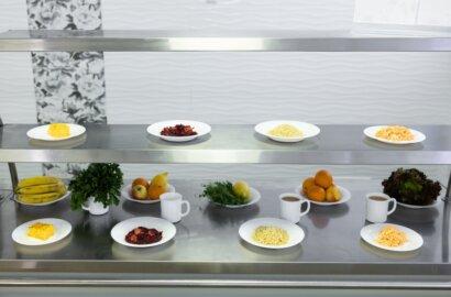 """""""В меню школьных столовых появятся традиционные украинские блюда, популярные блюда различных кухонь мира, а также безглютеновые позиции, будет увеличено количество фруктов и мяса в рационе."""