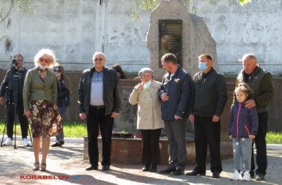 Прості мешканці та керманичі Корабельного району поклали квіти до пам'ятників героям Другої світової (Фото) | Корабелов.ИНФО image 5