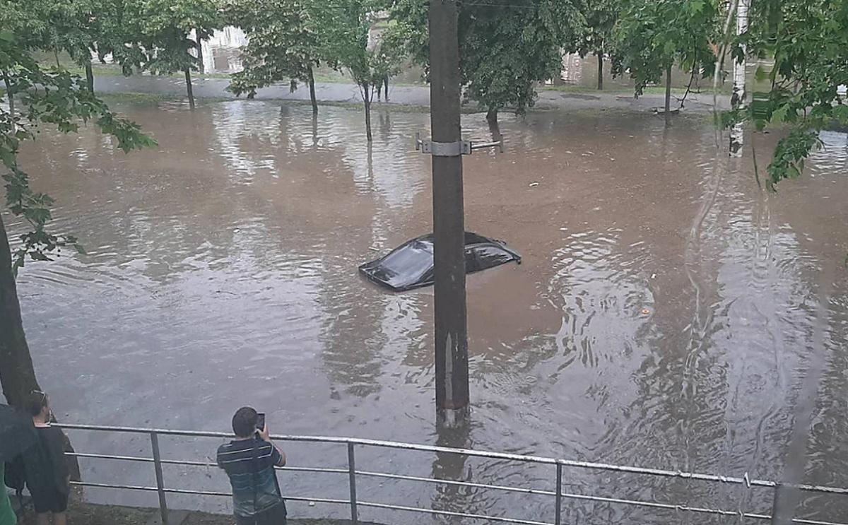 Во время непогоды в Николаеве затопило «Дормашину» — минимум один автомобиль пострадал