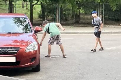 дети возле авто