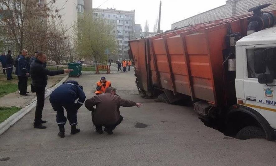 мусоровоз проавлился под асфальт