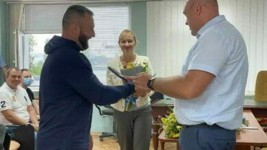 Руслан Олейник (праворуч) вручає відзнаку Денису Нікорі
