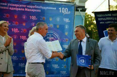 Сенкевичу вручают диплом