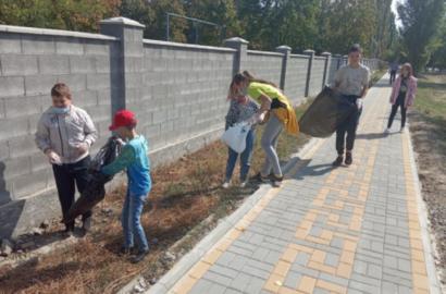 акция: школьники в Кульбакино убирают мусор на улице