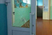 простреленная дверь в школе