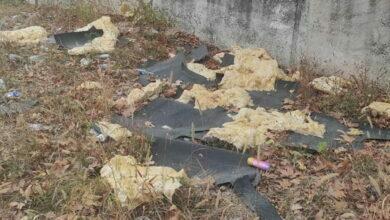 ободранная обшивка теплотрассы, мусор возле школы №48 в Николаеве