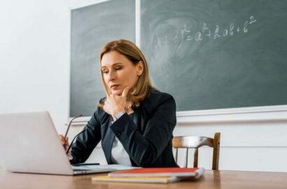 учитель с ноутбуком