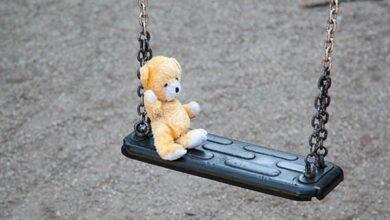 качели с детской игрушкой