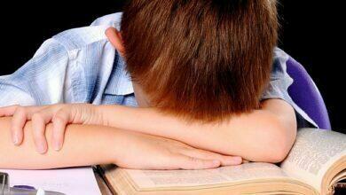 школьник над книгой